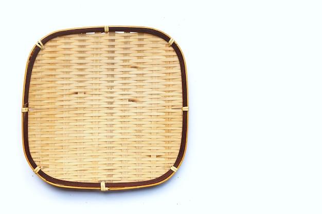 Cesta de bambu vazia em fundo branco.