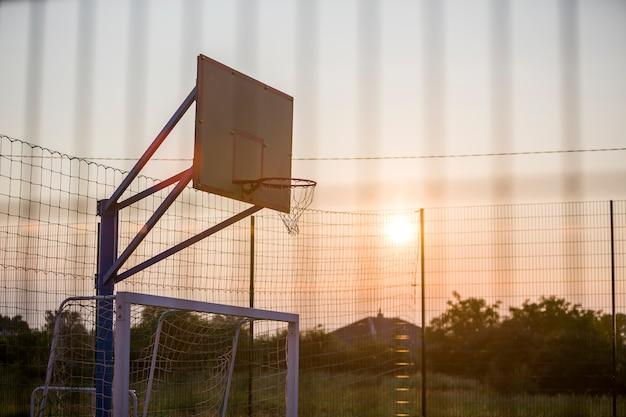 Cesta de basquete ao ar livre. conceito de esporte e recreação.