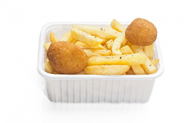 Cesta de batatas fritas em branco