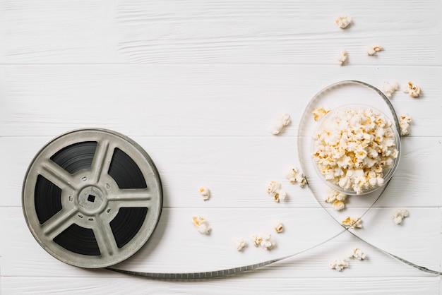 Cesta de bobina e pipoca de filmes