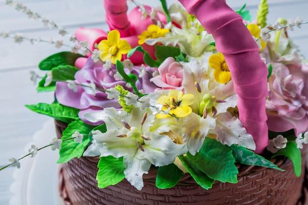 Cesta de bolo delicioso com várias flores