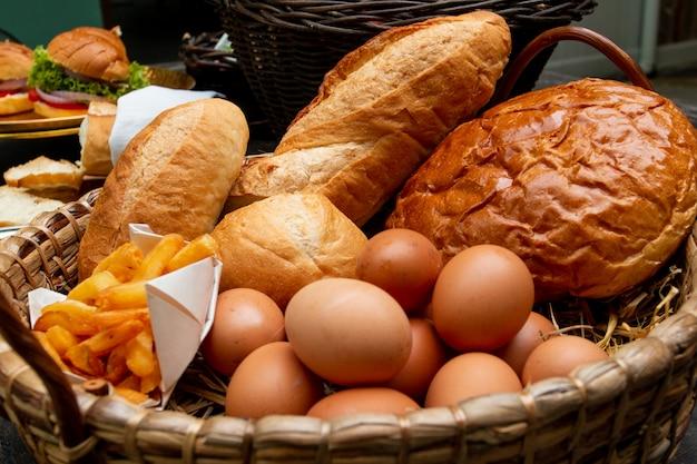 Cesta de café da manhã na mesa de madeira.