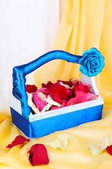Cesta de casamento com pétalas de rosa