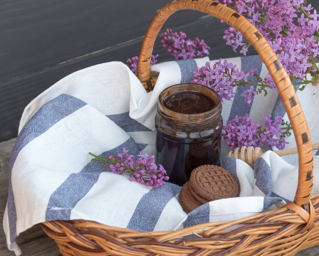 Cesta de churrasco com pote de sobremesa de chocolate e biscoitos.