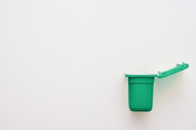 Cesta de classificação de lixo. reciclagem bio bin isolada. lixeira verde isolada em fundo branco