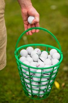 Cesta de close-up cheia de bolas de golfe