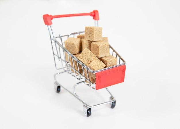 Cesta de compras com cubos de cana-de-açúcar