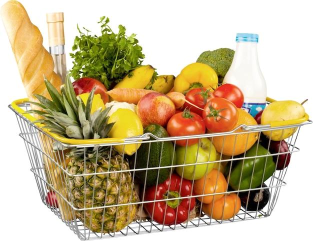 Cesta de compras de mantimentos com frutas e vegetais isolados