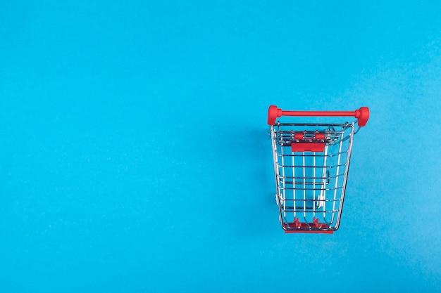 Cesta de compras em um colorido