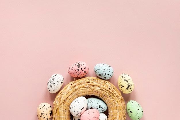 Cesta de cópia-espaço com ovos pintados