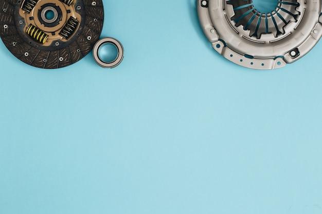 Cesta de disco do mecanismo de embreagem automotiva e rolamento para automóveis em um fundo azul peças de automóveis cópia espaço plano lay