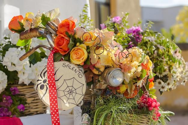 Cesta de flores em uma bicicleta, cenário com um pandeiro
