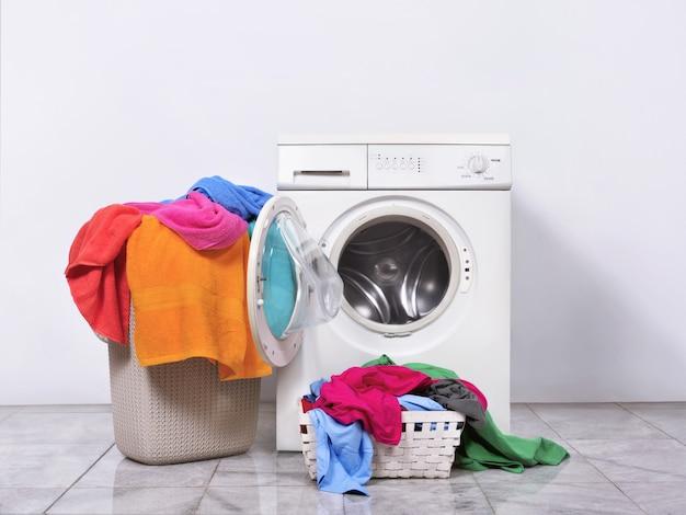 Cesta de lavanderia e máquina de lavar roupa em casa