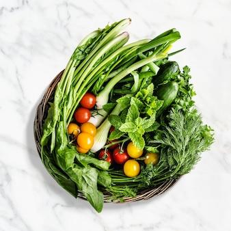 Cesta de legumes em estilo plano