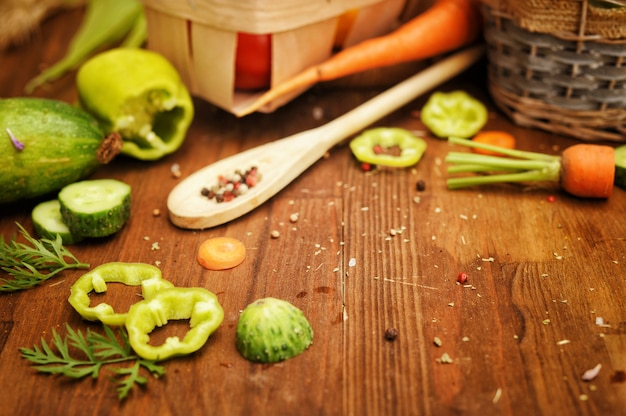Cesta de legumes frescos em uma placa de madeira