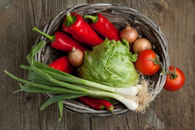 Cesta de legumes frescos
