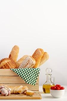 Cesta de madeira com variedade de pão