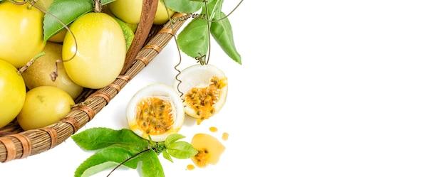 Cesta de maracujá amarelo maduro fresco ou maracujá com folhas verdes