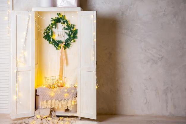 Cesta de metal dourado em prateleira em armário de madeira ou guarda-roupa