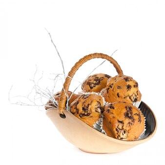Cesta de muffins isolado no branco
