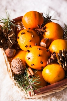 Cesta de natal - abeto, tangerinas e especiarias na neve