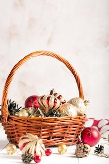 Cesta de natal com enfeites vermelhos e dourados