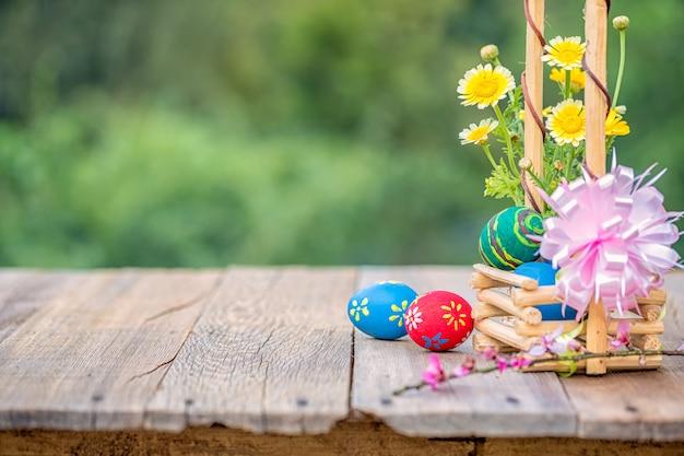 Cesta de ovos de páscoa na natureza verde