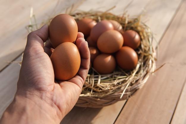 Cesta de ovos no chão de madeira
