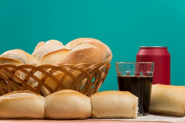 Cesta de pães franceses em uma mesa e um copo de café