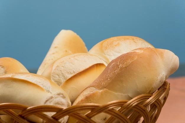 Cesta de pães franceses em uma mesa