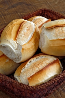 Cesta de pão francês sobre fibra natural marrom