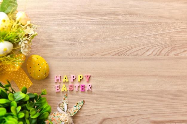 Cesta de páscoa com ovos em fundo de madeira