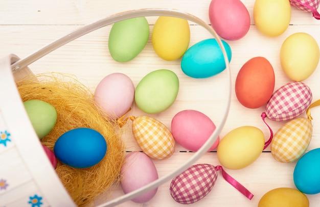 Cesta de páscoa retrô e ovos de páscoa coloridos