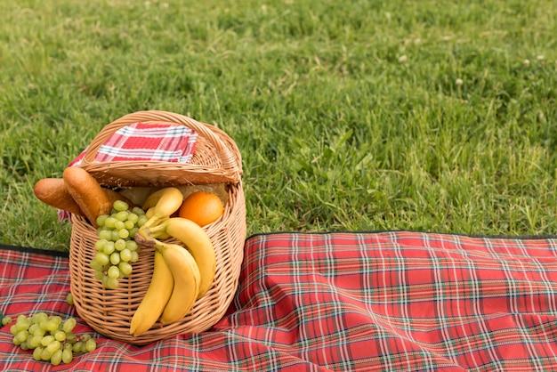 Cesta de piquenique cheia de frutas
