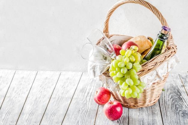 Cesta de piquenique com pão de frutas e vinho