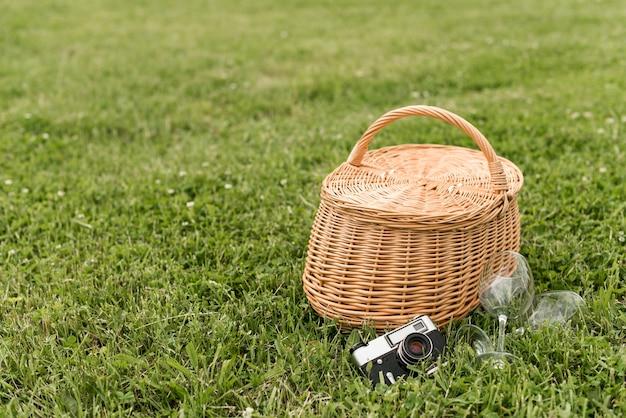 Cesta de piquenique na grama do parque