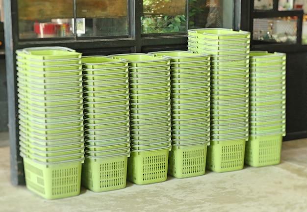 Cesta de plástico verde para fazer compras