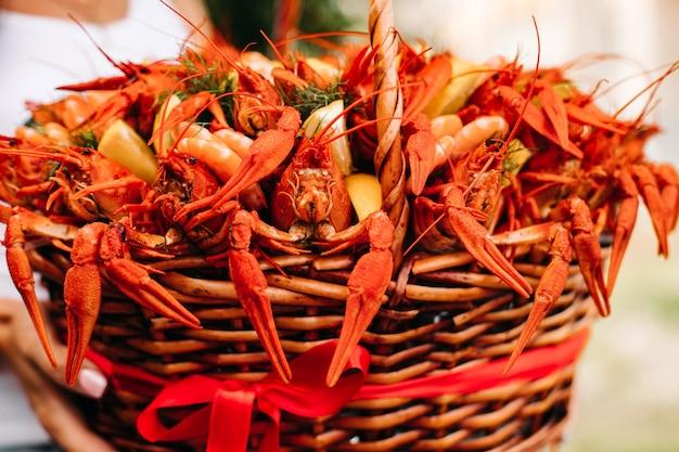 Cesta de presente festiva para um homem com lagostins e limões