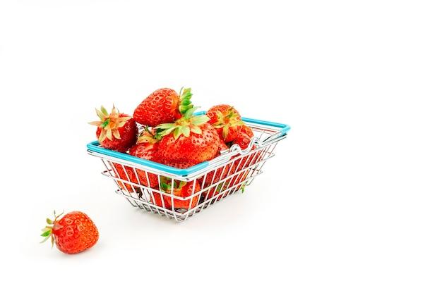Cesta de supermercado com morangos