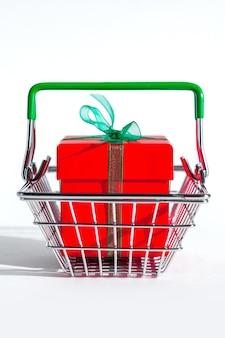 Cesta de supermercado pequena com caixa de presente vermelha em branco