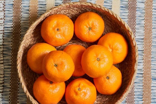 Cesta de tangerina com fundo de toalha de mesa artesanal