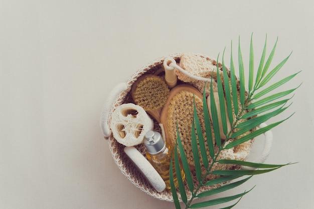 Cesta de tecido com produtos naturais para o corpo esponja toalha bucha sabonete escova corporal