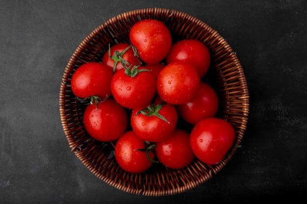 Cesta de tomate na superfície preta