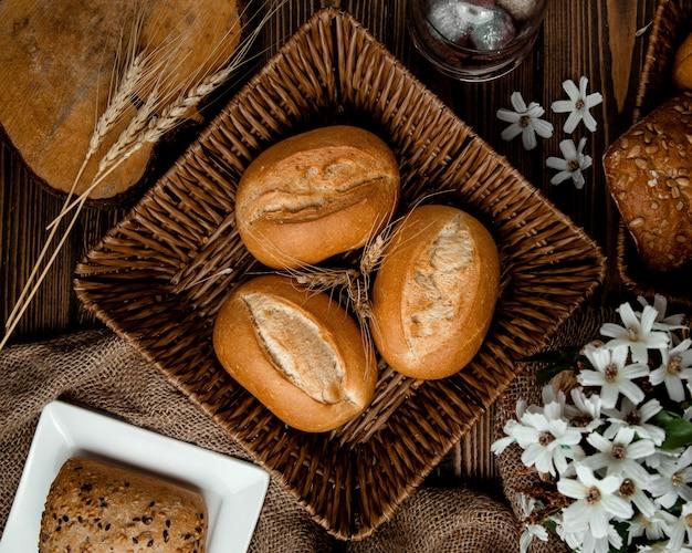 Cesta de vime com pão e um espeto de milho
