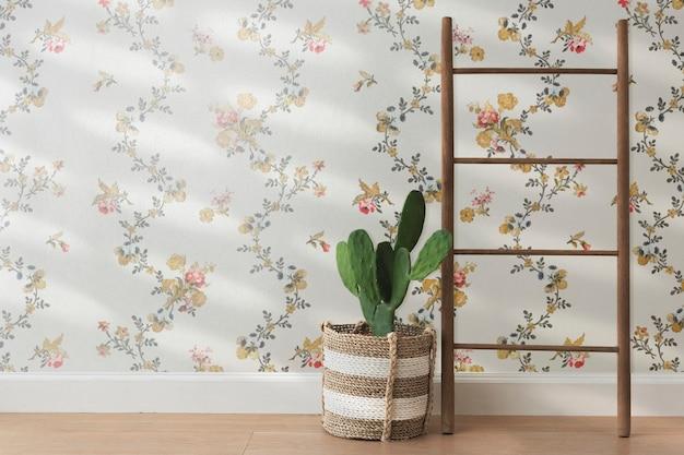 Cesta de vime junto a um fundo de parede floral