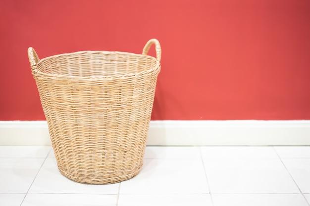 Cesta de vime na lavanderia