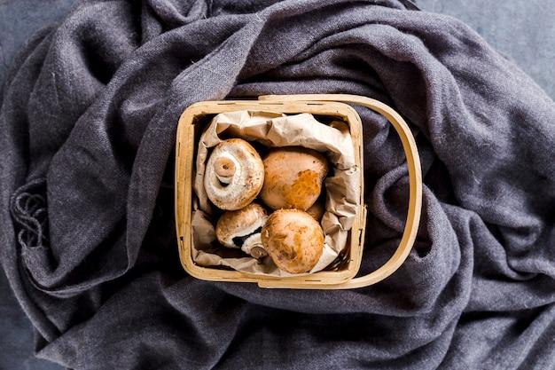 Cesta de vista superior cheia de cogumelos