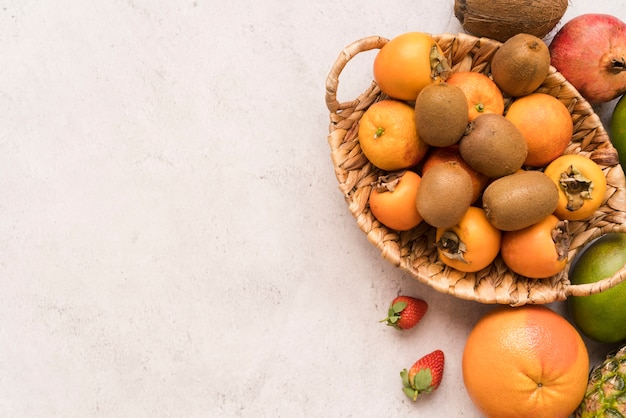 Cesta de vista superior com deliciosas frutas
