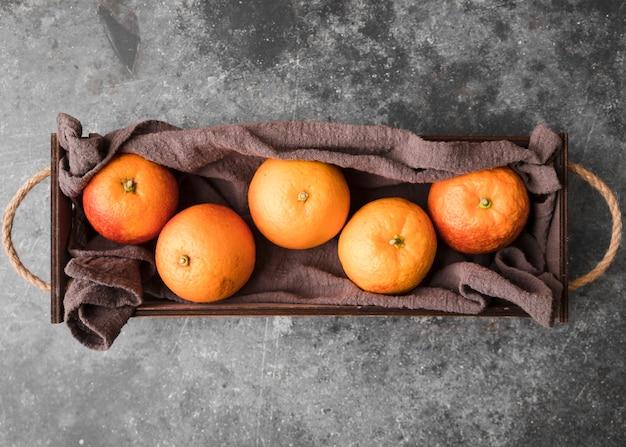Cesta de vista superior com deliciosas laranjas