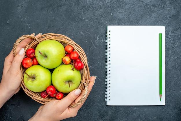 Cesta de vista superior com frutas, maçãs e cerejas na árvore de frescor de composição de frutas de frutas cinza escuro